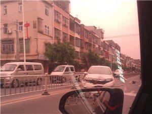 河婆老庙陇的这条护栏,下午被小车撞上了!