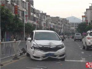 爆料!河婆河江大道霖田路段栏杆被一小车撞烂了!