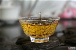 �光明媚的天�猓�一杯普洱茶相伴