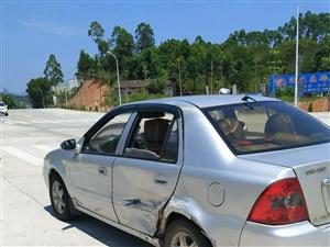 潮惠高速河婆连接线交叉路口发生车祸,灰色小车被撞180°转向。