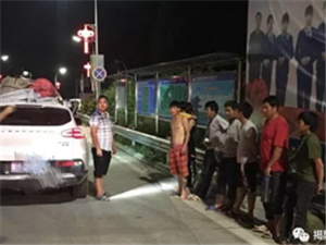 澳门巴黎人投注娱乐高速路口查获一小车严重超载,核载5人却塞了9人!