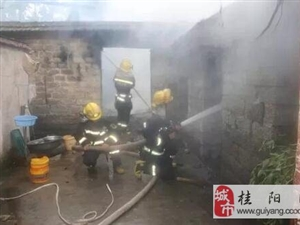 房屋因电起火,屋主情急之下竟用水灭火
