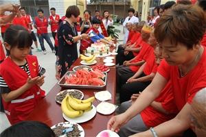 阜城阳光义工到福寿托老院为93岁老人过生日