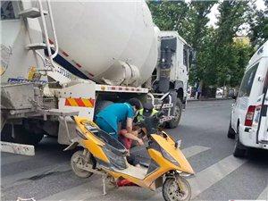 又是一场流血事件,澳门威尼斯人游戏网址一水泥罐车碰上了电动车...