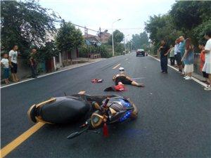 今晚7点25分左右,省道305线黄土到马村2.7公里处发生一起车祸