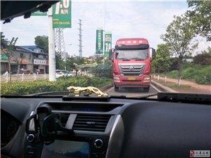 好黑人,大货车在辅道上逆行,差点造成交通事故!