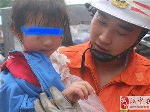 汉中洋县:阿姨着急买菜撇下娃 回头一下看娃娃的手被夹