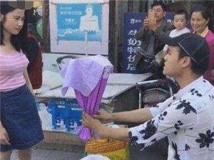 """男子手捧""""鲜花""""当街求婚,女友接过鲜花时..."""