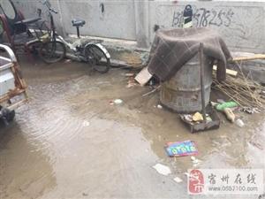 供水管道突然断裂 维修人员及时处置