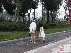 正能量的教育,妈妈带女儿义务清扫广场,为她们点赞!