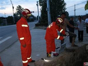 渣土车闯进路边水沟  砀山消防火速救援