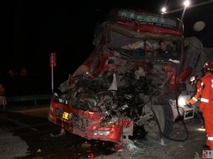 半挂车驾驶员被困驾驶室 砀山消防成功救援