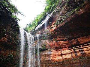 叙永自然美景:如练悬空 丰水期丹霞瀑布壮美如画