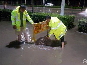 暴雨导致道路积水 工作人员加班排水