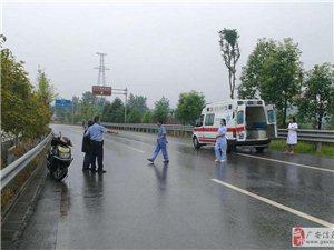 民警冒雨救助电动车事故伤者,群众称赞!