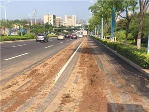 车辆洒落上百米泥浆带;即墨一建筑工地涉嫌无证开工污染路面