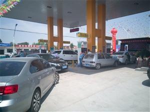 阜城这地方聚集了这么多车和人,他们在干什么???