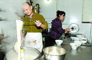 闻到重庆高粱酒飘散的香气,勾起了我对家的记忆