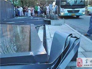 悲剧!自贡一辆公交车挂倒站牌
