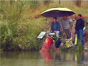 张建民摄影:雨中垂钓者