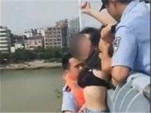 女子欲跳桥轻生 民警一把抱住