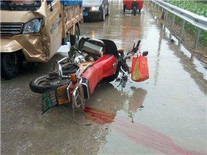 复明到弥江路上,一摩托车撞上三轮车,雨天路滑注意安全!