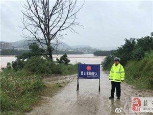 两河场镇通往白虎村漫水桥已被过境洪水全部淹没,禁止一切车辆和行人通行