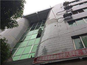 县城南街中国黄金外墙体瓷砖有脱落迹象,请过往行人注意避让