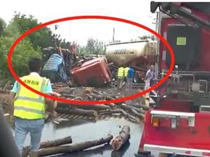 突发!霍邱长集段省道一大货车与油罐车发生惨烈相撞!现场惨不忍睹!【视频】