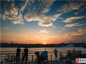 夕阳江上浩烟波,汉水连天飞落霞。