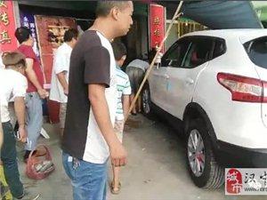 威尼斯人网上娱乐平台一男子驾新车冲进照相馆