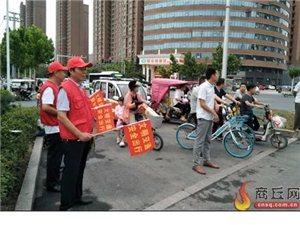 """商丘多个路口出现了这样的""""小红帽"""",看看他们在干嘛"""