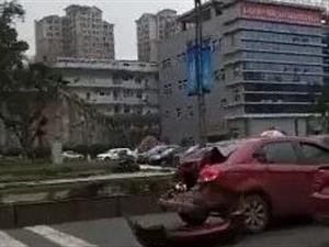 宜宾临港一大货追尾一小车,小车屁股都撞烂了!