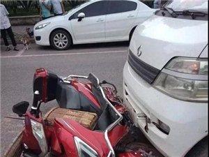 宜宾临港中央发生一起三车相撞!骑车人受伤!