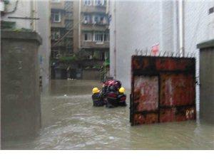 连续的强降雨导致内涝严重,九江路社区积极有效的开展防汛防洪工作