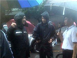 7月11日下午,相关领导到九江路社区内涝严重的小区视察,并指导抗洪救灾