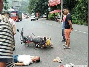 宜宾发生一起交通事故,一男子倒地不起!