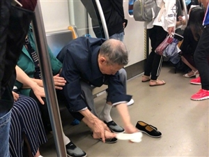 爱情的模样:暴雨打湿老伴鞋袜 老爷爷为其换上自己的干鞋