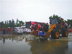 【转帖】华西都市报――装载机司机自发救援,广汉万人小区大撤离(图片)