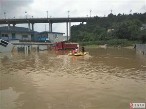洪峰已过苍溪县红十字聚爱救援队依然在第一线
