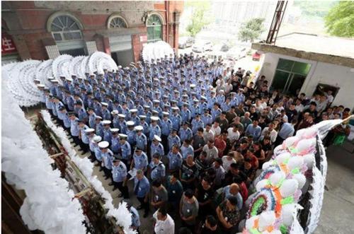 巴中辅警检查超员遭碾压牺牲!追悼会400多人送别
