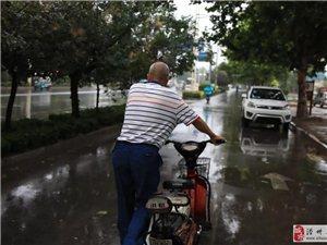 滑县六旬老人雨中寻母,令人揪心!