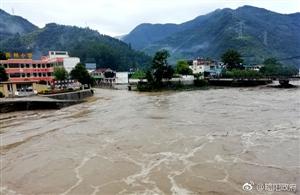 略阳又遭遇强降水14日凌晨杨正忠查看八渡河灾情
