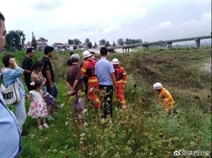 汉中市民河里钓鱼,河水突涨被困
