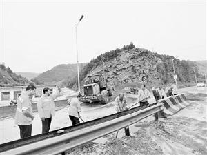暴雨突降:吕梁公路局抢修路段