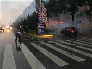 轿车路边突然自燃   民警雨中紧急扑救