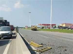 遂平一大货车上坠落重大金属块砸烂路面,造成交通大堵塞!