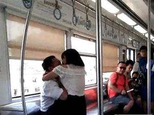 四川一女子突然撕咬男乘客 随后脱光衣服