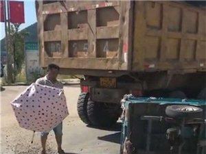 盐亭郑家岛车祸:大货车与三轮车相撞 一妇女倒在血泊中