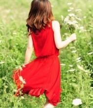 夏季穿什么衣服最好?红色衣服最防晒、棉麻丝衣最凉快